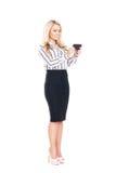 Молодая, уверенно, успешная и красивая бизнес-леди при smartphone изолированный на белизне стоковая фотография rf