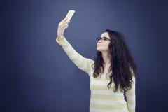 Молодая, уверенно, успешная и красивая бизнес-леди с мобильным телефоном Стоковое фото RF