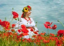 Молодая украинская женщина на поле маков стоковая фотография