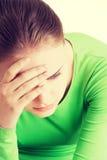 Молодая унылая женщина, имеет большие проблему или нажатие стоковая фотография rf