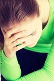 Молодая унылая женщина, имеет большие проблему или нажатие стоковое фото rf