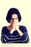 Молодая унылая женщина, имеет большие проблему или нажатие стоковая фотография
