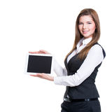 Молодая усмехаясь бизнес-леди держа таблетку. Стоковые Фотографии RF