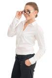 Молодая усмехаясь женщина в белой рубашке и стеклах Стоковые Фотографии RF