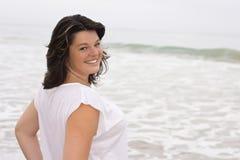 Молодая усмехаясь женщина на снаружи Стоковое Фото