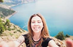 Молодая усмехаясь женщина принимая selfie на trekking день отклонения - фото перемещения собственной личности парня битника на то Стоковое Изображение