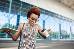 Молодая успешная коммерсантка облитая при кофе стоя близко бизнес-центр Стоковые Фотографии RF