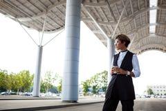 Молодая успешная коммерсантка стоя близко бизнес-центр Стоковая Фотография RF
