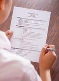 Молодая учебная программа чтения коммерсантки - vitae Стоковое Изображение RF