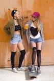 Молодая ультрамодная девушка 2 вися вне, концепция приятельства Стоковая Фотография RF