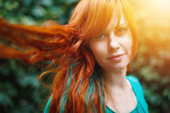 Молодая ультрамодная женщина с покрашенной яркой красной головой Стоковые Изображения