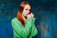 Молодая холодная девушка redhead Стоковая Фотография