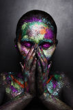 Молодая художническая женщина в черной краске и красочном порошке Накаляя темный состав Творческое искусство тела на теме космоса Стоковые Изображения