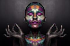 Молодая художническая женщина в черной краске и красочном порошке Накаляя темный состав Творческое искусство тела на теме космоса Стоковое Изображение
