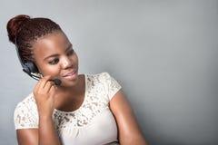 Молодая черная деятельность агента центра телефонного обслуживания, обсуждая Стоковая Фотография