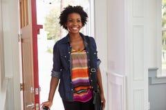 Молодая чернокожая женщина приезжая домой Стоковая Фотография