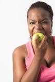 Молодая чернокожая женщина сдерживая зеленое яблоко Стоковые Фотографии RF