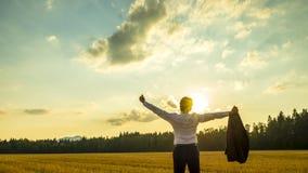 Молодая честолюбивая исполнительная власть наслаждаясь его успехом в бизнесе как он st Стоковое фото RF