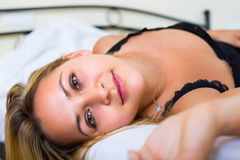 Молодая чувственная женщина в спальне Стоковая Фотография RF