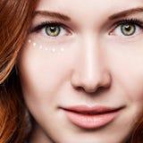 Молодая чувственная женщина с cream точками на стороне Стоковая Фотография RF