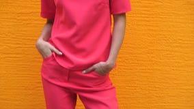 Молодая шикарная дама в красном костюме и солнечные очки на представлять высоких пяток сток-видео
