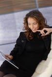Молодая шикарная женщина с ПК таблетки стоковое изображение rf