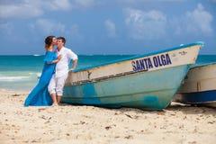 Молодая любящая свадьба пар около шлюпки Стоковые Изображения