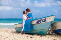 Молодая любящая свадьба пар около шлюпки Стоковое фото RF