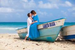 Молодая любящая свадьба пар около шлюпки Стоковые Изображения RF