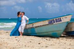 Молодая любящая свадьба пар около шлюпки Стоковое Изображение