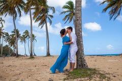 Молодая любящая свадьба пар около шлюпки Стоковые Фотографии RF