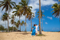 Молодая любящая свадьба пар около шлюпки Стоковое Изображение RF