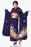 Молодая японская девушка в кимоно стоковые изображения rf