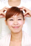 Молодая японская женщина получая головное massage  Стоковые Изображения