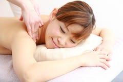 Молодая японская женщина получая массаж Стоковая Фотография