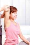 Молодая японская женщина получая хиропрактику Стоковое фото RF