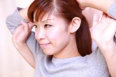 Молодая японская женщина получая хиропрактику Стоковые Фото