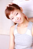 Молодая японская женщина получая хиропрактику Стоковое Фото