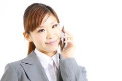 Молодая японская коммерсантка говоря на умном телефоне Стоковые Изображения RF