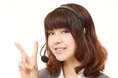 Молодая японская коммерсантка показывая знак победы Стоковое фото RF