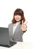 Молодая японская коммерсантка показывая знак победы Стоковые Изображения