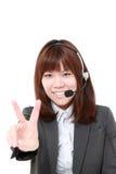 Молодая японская коммерсантка показывая знак победы Стоковые Изображения RF