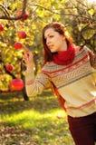 Молодая redheaded женщина с длинными прямыми волосами в яблоке garde Стоковые Фотографии RF