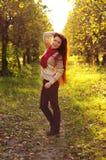 Молодая redheaded женщина с длинными прямыми волосами в яблоке garde Стоковое Изображение