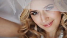 Молодая redheaded невеста женщины, через вуаль свадьбы Смотреть камеру видеоматериал