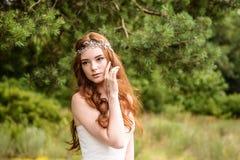 Молодая redheaded прогулка девушки в парке стоковое фото