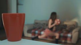 Молодая sportive девушка делая выпады сидит на корточках с шариком в живущей комнате в утре видеоматериал