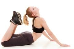 Молодая sporty девушка делая протягивающ изолированную тренировку. Здоровый образ жизни Стоковое Изображение RF
