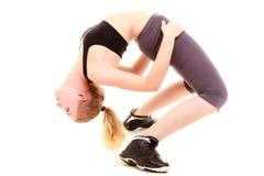 Молодая sporty девушка делая протягивающ изолированную тренировку. Здоровый образ жизни Стоковая Фотография RF