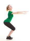 Молодая sporty девушка делая протягивающ изолированную тренировку Стоковые Изображения RF